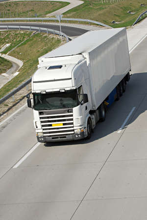 Foto de White truck on the highway - Imagen libre de derechos
