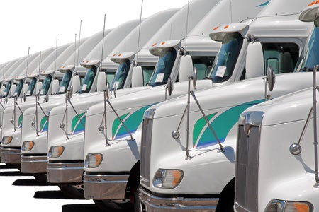 Foto de Semi truck fleet lined up in a row - Imagen libre de derechos
