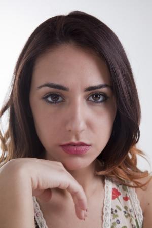 Ritratto di giovane e carina donna italiana su sfondo bianco