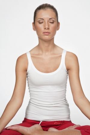 giovane donna fa esercizi di yoga e pilates