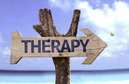 Foto de Therapy sign with arrow on beach background - Imagen libre de derechos