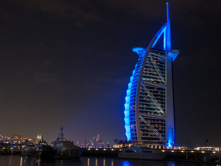 Photo pour Dubai, UAE - March, 03, 2017: View of the luxury Burj Al Arab, the most exclusive hotel of the world, with seven stars at night. - image libre de droit