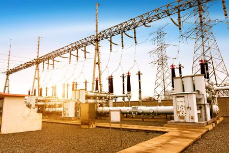 Photo pour High voltage power transformer substation - image libre de droit