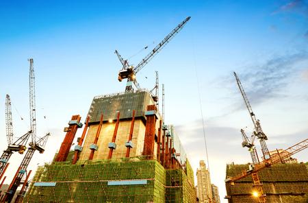 Photo pour The building is under construction, the dusk site and numerous cranes. - image libre de droit