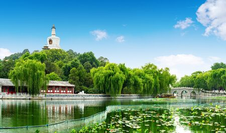 Photo pour Beautiful Scene of Beijing Imperial Park: Beihai - image libre de droit