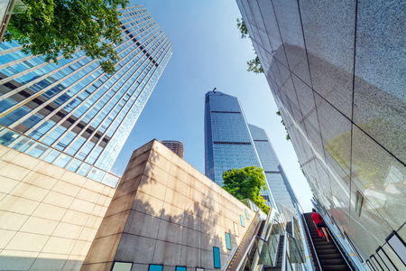 Photo pour Skyscrapers and escalators in the financial district of Qianjiang New City, Hangzhou, China. - image libre de droit
