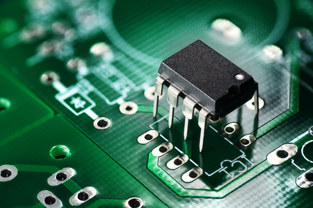 Photo pour Electronic chip component on the green printed circuit board - image libre de droit