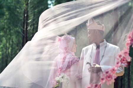 Photo pour creative photoshoot of a malay loving couple bride and groom on their wedding wearing a traditional malay dress - image libre de droit
