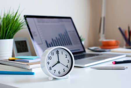 Foto de Business concepts with clock on desk.For investment analysis,waiting to sucess ideas.time and working day - Imagen libre de derechos