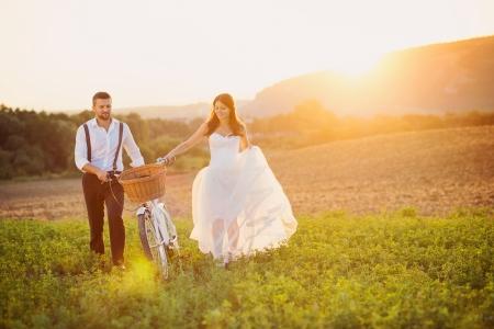 Foto de Beautiful bride and groom wedding portrait with white bike - Imagen libre de derechos