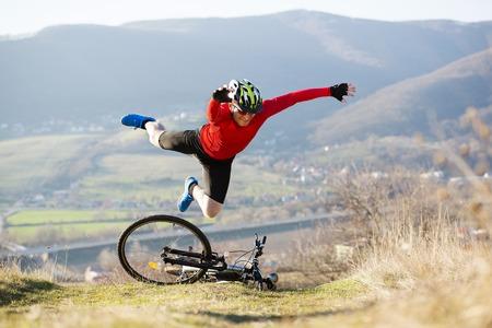 Photo pour Mountain biker is having accident - image libre de droit
