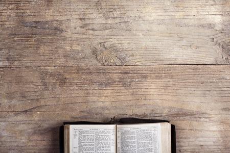 Photo pour Opened bible on a wooden desk background. - image libre de droit