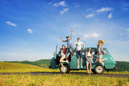 Photo pour Young hipster friends on road trip on a summers day - image libre de droit