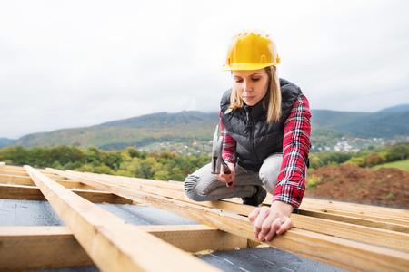 Photo pour Young woman worker on the construction site. - image libre de droit