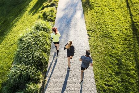 Foto de Young athtletes in the city running in park. - Imagen libre de derechos