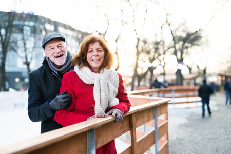 Photo pour Senior couple on a walk in a city in winter. - image libre de droit
