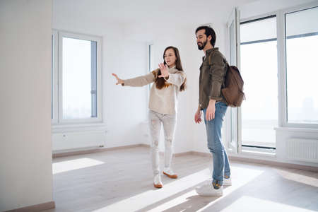 Photo pour Young couple moving and planning in new flat, new home and relocation concept. - image libre de droit