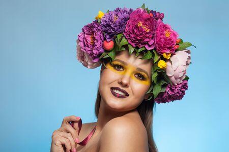 Photo pour Beautiful brunette woman with flower wreath on her head. - image libre de droit