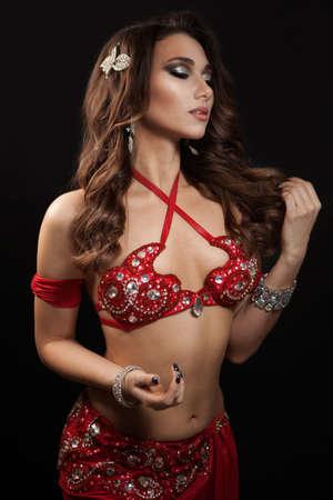 Photo pour A portrait of a beautiful belly dancer - image libre de droit