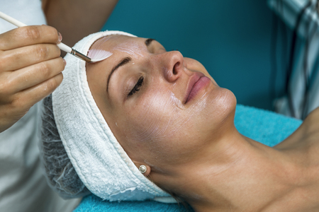 Foto de Caucasian woman relaxing in a spa bed and enjoying the treatment. - Imagen libre de derechos