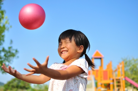 Foto de Girl's playing with ball - Imagen libre de derechos