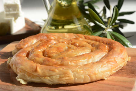 Photo pour Greek spanakopita or spiral pie made of phyllo dough, spinach. Traditional feta cheese phyllo pastry pie. - image libre de droit
