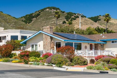Photo pour Beautiful houses with solar panels, with nicely landscaped front the yard in small beach town in California. - image libre de droit