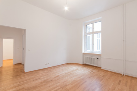 Photo pour fresh renovated flat - home apartment - fresh renovated room with wooden oak floor, Whitewalls and window - image libre de droit