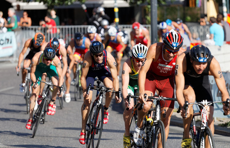 Photo pour STOCKHOLM, SWEDEN - AUG 23, 2015: Large group of muscular cycling triathlon competitors fighting in the Men's ITU World Triathlon series event August 23, 2015 in Stockholm, Sweden - image libre de droit