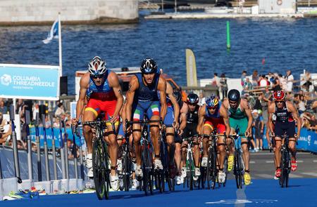 Photo pour STOCKHOLM, SWEDEN - AUG 23, 2015: Stuggeling triathlon competitors including Fernando Alarza and Facchinetti cycling uphill in the Men's ITU World Triathlon series event August 23, 2015 in Stockholm, Sweden - image libre de droit