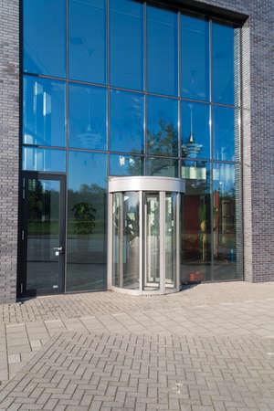 Photo pour glass entrance of a modern office building - image libre de droit