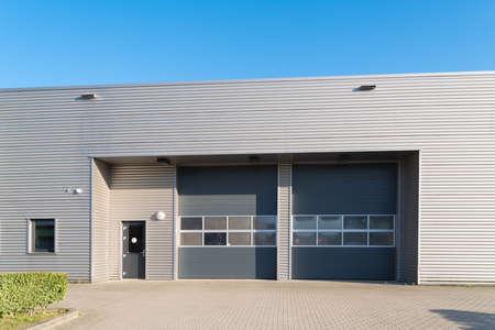 Photo pour industrial unit with roller doors - image libre de droit