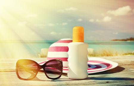 Photo pour Hat, sunglasses and sun lotion. Exuma, Bahamas - image libre de droit