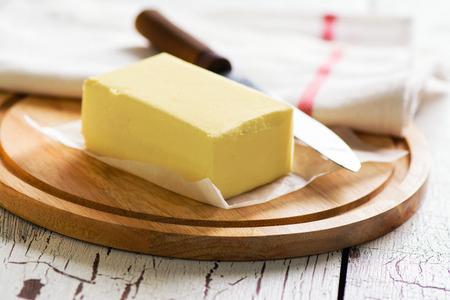 Photo pour Butter block on wooden board. Baking or cooking concept - image libre de droit