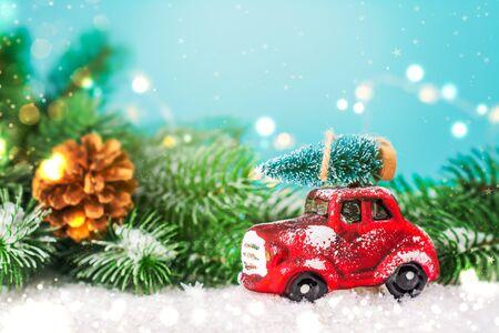 Photo pour Christmas fir tree on toy car - image libre de droit
