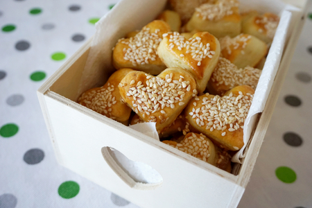 Photo pour Snack salty cookies in shape of heart with organic sesame in the decorative wooden box - image libre de droit