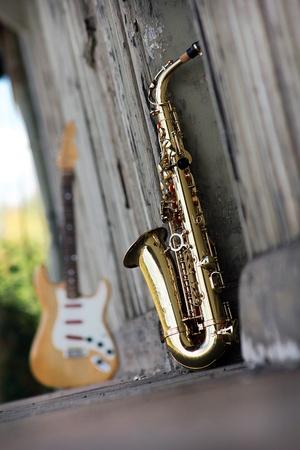 Photo pour old grungy saxophone with old retro background - image libre de droit