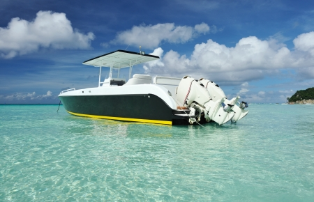 Photo pour Beautiful beach with motor boat at Boracay island, Philippines - image libre de droit