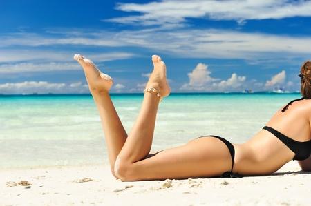 Photo pour Girl on a tropical beach - image libre de droit