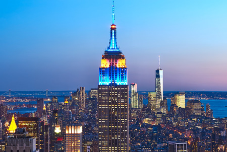 Foto de Cityscape view of Manhattan with Empire State Building, New York City, USA at night - Imagen libre de derechos