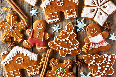 Photo pour Christmas homemade gingerbread cookies on wooden table - image libre de droit