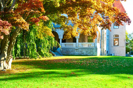 Photo pour Luxury house in a residential neighborhood at autumn - image libre de droit