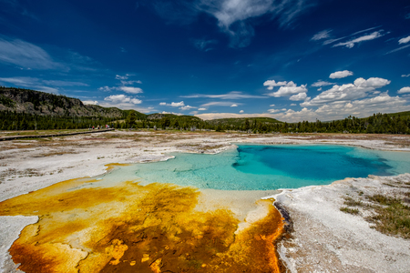 Photo pour Hot thermal spring Sapphire Pool in Yellowstone National Park, Biscuit Basin area, Wyoming, USA - image libre de droit