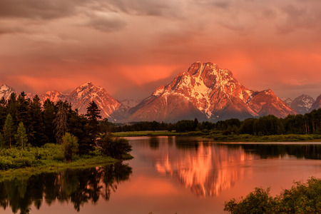 Photo pour Grand Teton Mountains from Oxbow Bend on the Snake River at sunrise. Grand Teton National Park, Wyoming, USA. - image libre de droit