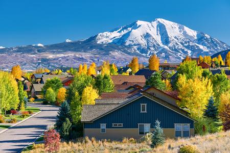 Foto de Residential neighborhood in Colorado at autumn, USA. Mount Sopris landscape. - Imagen libre de derechos