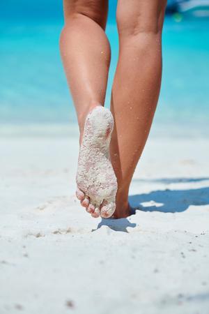 Photo pour Woman walking on tropical white sand beach. Summer vacation at Maldives. - image libre de droit