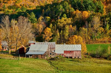 Photo pour Jenne Farm with barn at sunny autumn day in Vermont, USA - image libre de droit