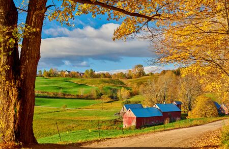 Photo pour Jenne Farm with barn at sunny autumn morning in Vermont, USA - image libre de droit