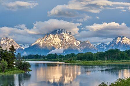 Photo pour Grand Teton Mountains from Oxbow Bend on the Snake River at morning. Grand Teton National Park, Wyoming, USA. - image libre de droit