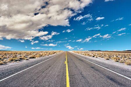 Photo pour Open highway in California, USA. - image libre de droit